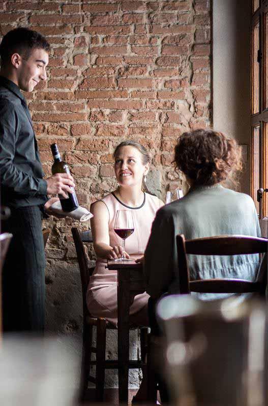 Clienti a pranzo alla Osteria Boccanegra di Firenze aperto anche il lunedì.