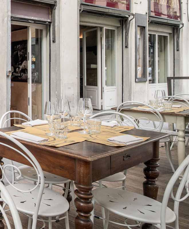 Tavoli nel dehors della Osteria Boccanegra di Firenze