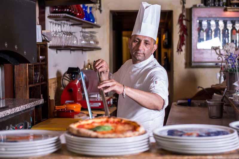 Pizzaiolo sforna una margherita al Boccanegra di Firenze