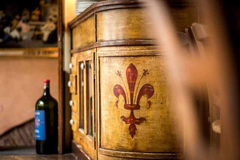 dettaglio della decorazione con giglio di Firenze