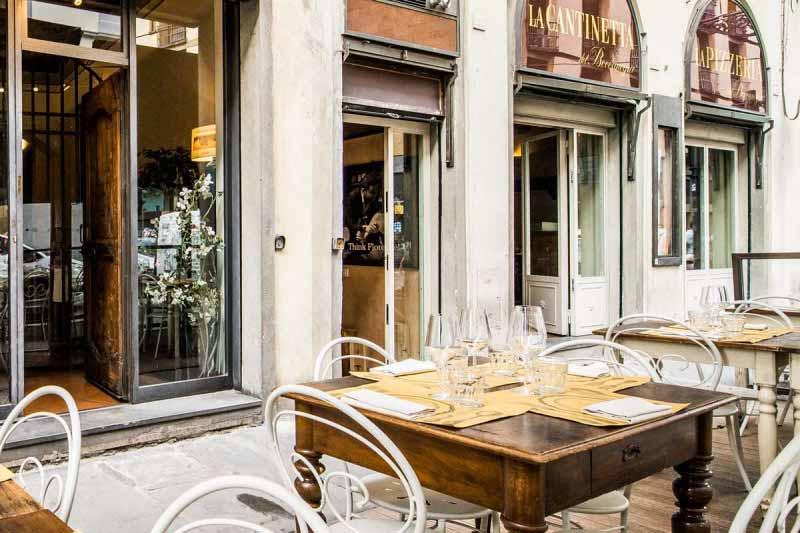 Il dehors del Boccanegra per il pranzo - aperto dal lunedì al sabato. Un piacevole angolo per un pranzo all'aperto.