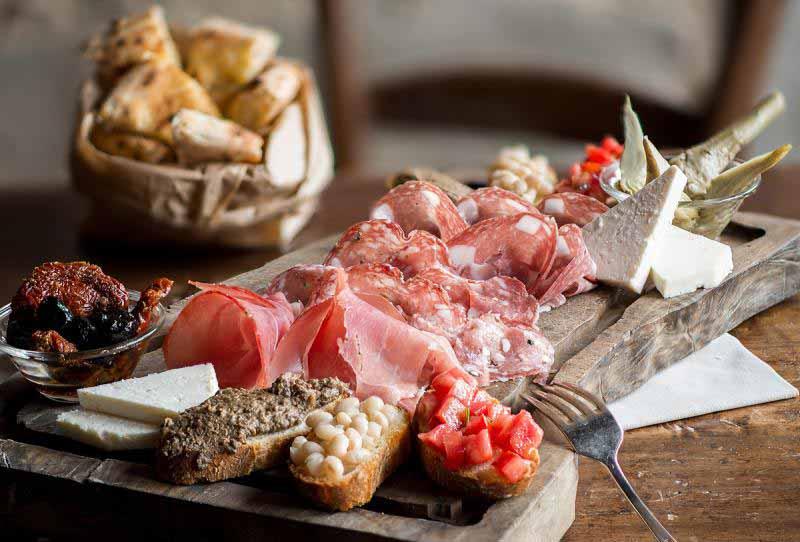 Tagliere del Boccanegra per due persone, con crostini toscani, bruschetta, pecorini, olive, affettati misti un piatto sempre presente nel menù della Osteria e del Ristorante Boccanegra di Firenze
