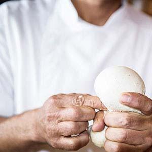 Lievito madre creato da selezionate farine macinate a pietra, e lievitato per 48 ore. Rende la pizza altamente digeribile e leggera. Pizzeria Boccanegra Firenze
