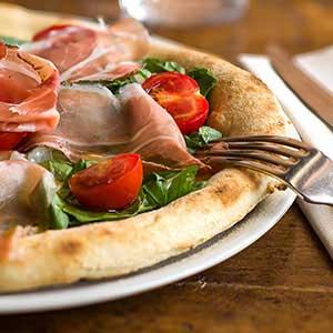 Pizza Napoletana - leggera, digeribile con pasta lievitata 48 ore, una specialità del Boccanegra di Firenze