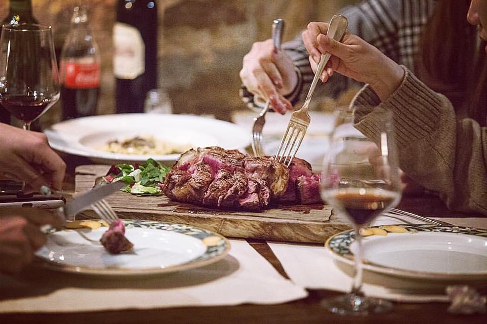 Come si cucina la Bistecca alla Fiorentina a Firenze