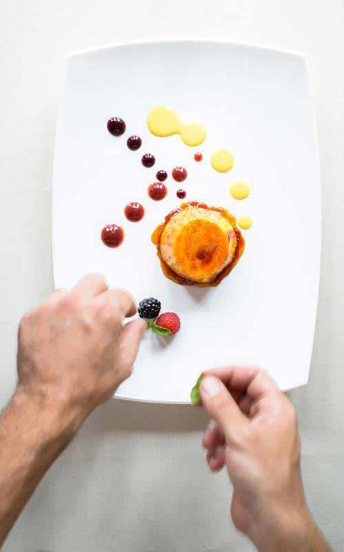 Cuoco prepara un dessert al Ristorante Boccanegra di Firenze