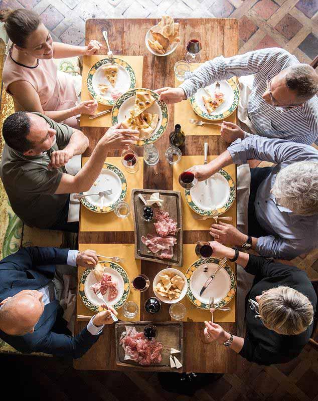 Amici alla Osteria Boccanegra, aperta a pranzo dal lunedì al sabato